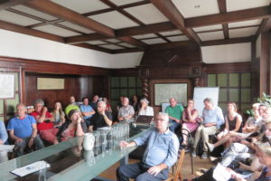 Membres des CCATM écoutant l'exposé